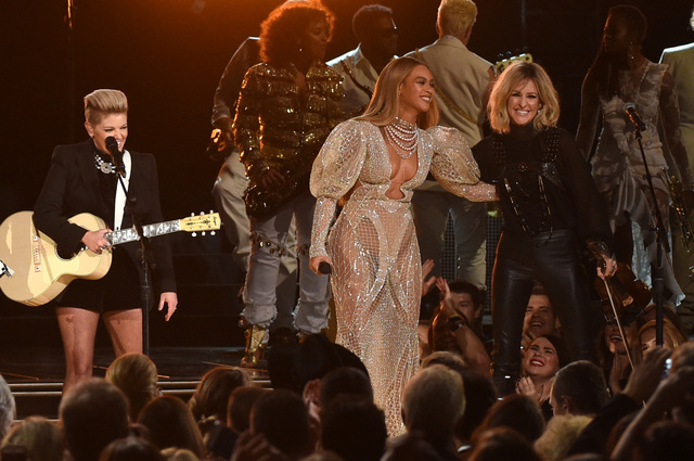 Taylor Swift Presents Entertainer of the Year Award at 50th Annual CMAs