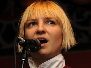See Sia with her face uncovered